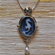 Silber/Goldanhänger mit Kammee, Brillant und Perle
