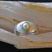 Silberring, Hammerschlag, mit Perle in Goldfassung
