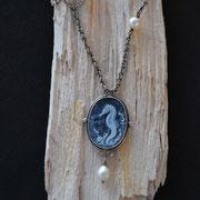 Kamee mit Seepferdchen in Silber gefasst mit SWZ-Perle