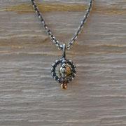 zarter Silberanhänger mit beweglicher Goldkugel
