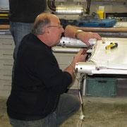Feinarbeit an den Ruderanschlüssen UL C42, Foto: jkob