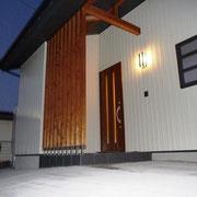 洗練された本物の構え モダンな玄関 桧の柱(柿渋古代色仕上げ)