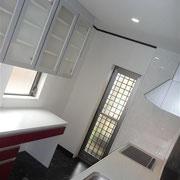 黒大理石調の床に真っ赤なキッチン