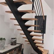 CMC Métallerie Avranches(50)-Escalier métallique avec marches et rampe en chêne