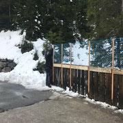 Geländererhöhung anbringen Zugertobelbrücke für Winterwanderweg