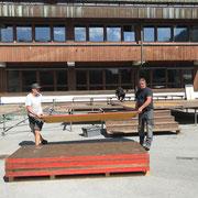 Bühnenbau am Schulplatz für Trachtenkapelle Lech