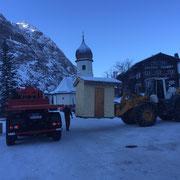 Hütten für Weihnachtsmärkte in Lech, Zug und Zürs aufladen und transportieren