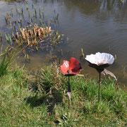 Keramikblumen von Erika Neuffer am Teich