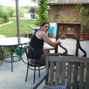 Noah hilft mit und entfernt den alten Bezug von den Sesseln