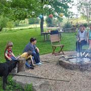 Schlangebrot am Feuer - Ella, Julian, Pascale, moi et Beate