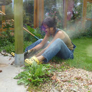 Désirée holt mit Fluchen und Wettern den Rosenstock aus dem Boden