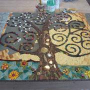 Dieses Mosaik hat den Lebensbaum von Gustav Klimt als Vorgabe