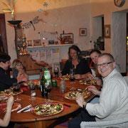 Der Bruder von Rita mit seiner Familie, moi et Beate - beim Pizzaessen - Rita fotografiert - wie immer