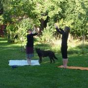 Barbara unterrichtet Karla im Yoga