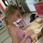 Zora hilft bei den Raviolis mit