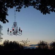 In Maison Libellule hängen die Kronleuchter in den Bäumen