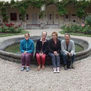 Die drei Mosaikschülerinnen mit Lehrerin Susanne Struck (zweite von links)