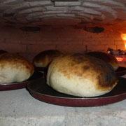 Sonntagsbrunch mit frisch gebackenem Brot