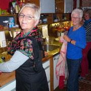 Barbara und Mägi helfen später auch mit, die zweite Geburrifeier vorzubereiten