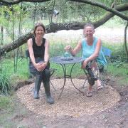 Barbara und ich auf dem neuen Sitzplatz im Zaubergarten