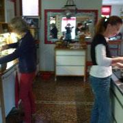 Henny und Beate helfen mir bei den Vorbereitungen für das Geburtstagsfest