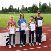 Die 800m Läuferinnen mit ihren Urkunden