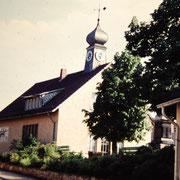 Schule mit begrüntem Vorplatz. Die Bänke auf dem Lindenplatz stehen noch in Richtung Westen. Aufnahme evt. ca. 1970er Jahre.