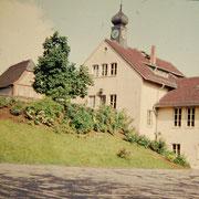Aufnahme ca. 1970er Jahre. Der Hang vom Lindenplatz zum Schulhof ist begrünt und nicht bebaut.