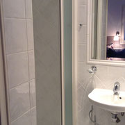 la côté à gauche (SDB 3) avec douche (porte coulissante)