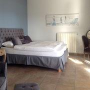 chambre master avec fauteuil et la penderie très grande, les lits 2x 90x200 cm