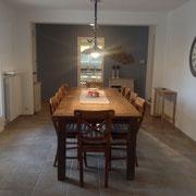 salle à manger avec le regard en direction de cuisine
