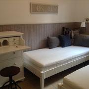 Des lits pendant la journée, les coussins ont la nuit la place dans des grande tiroirs sous un lit.
