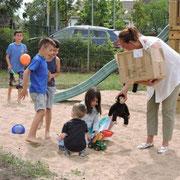 Unsere gute Fee Annette Neumann verteilt Stofftiere an die Flüchtlingskinder