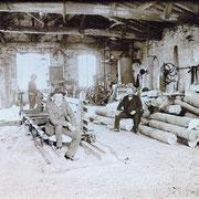 Débitage du bois dans la rue de la gare à Revel (atelier Mons) vers les années 1900