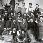 L'équipe Monoury au grand complet en 1923. Au deuxième rang on distingue Alexandre Monoury avec sa superbe moustache et sa femme Jeanne Claret