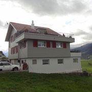 Fertig sanierte Fassade inklusive dem Anbau und der Balkonbrüstung Dani Vogt D. Vogt Holzbau GmbH CH 8855 Wangen SZ
