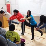 夜のアクティビティ タイ人対日本人の結果はオレンジ服を着た日本人生徒の勝ち