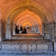 """Isfahan, Unterkonstruktion der """"Si-o Se Pol"""" (33 Bogen-Brücke)"""