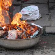 Beim allabendlichen rituellen Feuerchen zur Ahnenverehrung werden Geldscheinatrappen verbrannt.