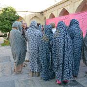 Shiraz, Besucherinnen am Mausoleum von Shah Cheraq