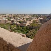 """Meybod, Blick von der Festungsruine """"Qaleh Narin"""" auf die Lehmbauten der Stadt"""