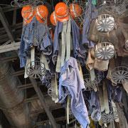 Die Arbeitskleidung nach Feierabend in und an den Kauenkörben