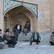 Isfahan, Männerrunde an der 33-Bogen-Brücke