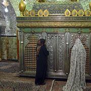 Susa, Pilgerinnen im Mausoleum des Propheten Daniel