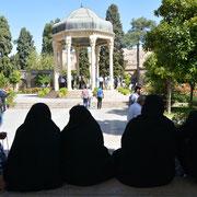 Shiraz, Besucherinnen am Grab des Dichters Hafis