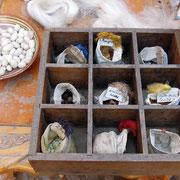 Farben und Utensilien der Seidenbearbeitung