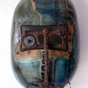 """""""Warrior"""". Huile,bitume, métal sur masque de soudeur.Collection privée."""
