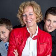 Laat een gezellige familie fotoshoot doen door samen met je gezinsleden op de foto te gaan. Ouders hebben vaak foto's van hun kinderen aan de muur hangen