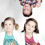 familiefoto, familiefotografie, familieportret, fotograaf, gezin, Gezinsfotografie in de fotostudio, Uwfamiliefoto,  Samen met kinderen op de foto, fotoshoot gezin,