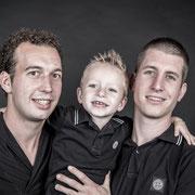 ULaat een gezellige familie fotoshoot doen door samen met je gezinsleden op de foto te gaan. Ouders hebben vaak foto's van hun kinderen aan de muur hangen